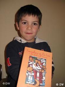 Kinder mit dem Buch Ritter von Koenig Loewe und andere Ukrainische Maerchen