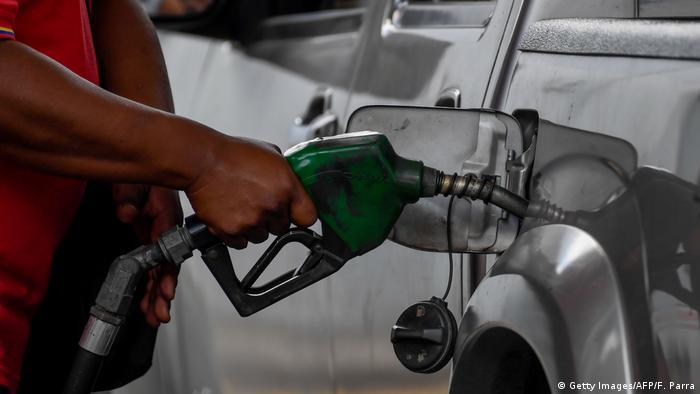Venezuela Caracas   Schlangen vor Tankstellen