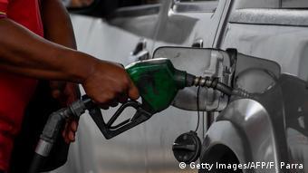 Venezuela Caracas | Schlangen vor Tankstellen (Getty Images/AFP/F. Parra)