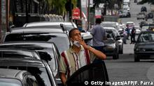 Venezuela Caracas | Schlangen vor Tankstellen