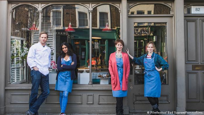 Film still 'Love Sarah': The film's four main characters stand in front of a London storefront. (Filmfestival Bad Saarow/Femmefilms)