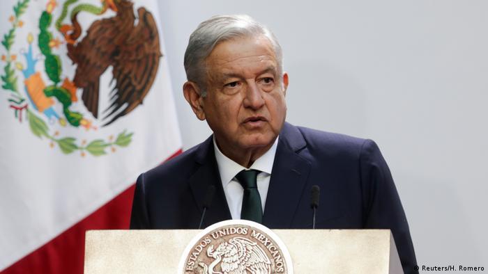 Der Präsident von Mexiko, Andres Manuel Lopez Obrador, steht hinter einem Rednerpult