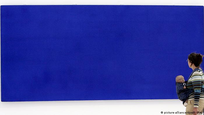 Eine Besucherin der Ausstellung mit Werken von Yves Klein geht in der Frankfurter Kunsthalle Schirn an dem Bild Monochrom Blau vorbei.