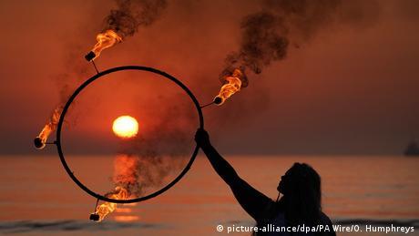 I ovog jutra na plaži kod Sanderlanda u Engleskoj, Penela Bi uvežbava svoju koreografiju. Za to su joj potrebni vatra i voda - a i Sunce je tu neophodan dodatak.