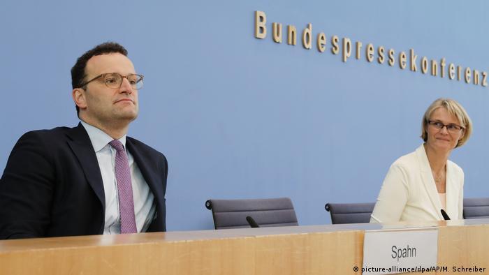 ینس اشپان (چپ)؛ وزیر بهداشت آلمان