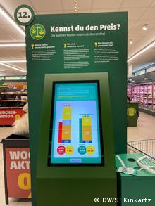 Penny weist versteckte Umweltkosten auf Preisschildern aus (DW/S. Kinkartz)