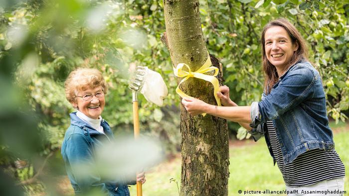 Организаторы акции Желтая лента в нижнесаксонской коммуне Варденбург - Симоне Мальц (Simone Malz) и Ута Бюммерштеде (Uta Bümmerstede)