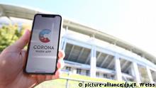 Smartphone showing coronavirus app (picture-alliance/dpa/R. Weiss)