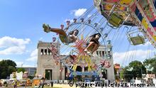 Germany Munich | Summer in the City | Ferris wheel and chairoplane (picture-alliance/dpa/F. Hoermann)