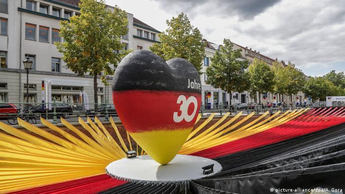 Скульптура в виде сердца, установленная в Потсдаме к 30-й годовщине воссоединения Германии