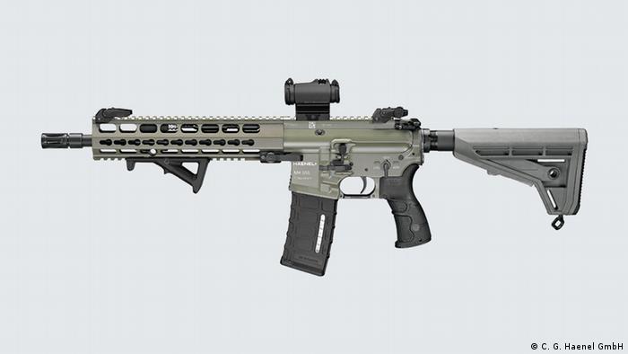 در مناقصه فسخ شده ارتش آلمان قرار بود اسلحه ام کا ۵۵۶ شرکت هنَل خریداری شود. بنظر میرسد این اسلحه با اندک تغییراتی از روی اسلحه ساخت شرکت کاراکال با نام CAR816 کپی شده که در واقع جزو خانواده اسلحه آمریکایی AR15 است.پس از اعتراضات، ارتش آلمان فسخ مناقصه ام کا ۵۵۶ را نه به دلیل سیاسی بلکه احتمال مناقشه در ثبت اختراع و حق انحصاری تولید عنوان کرده است.