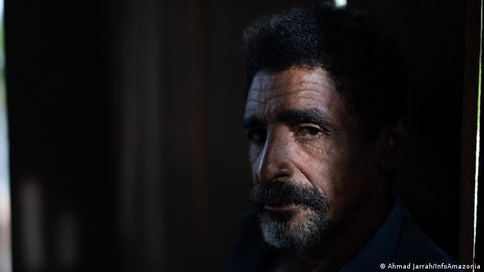 Homem de barba com o rosto metade na sombra
