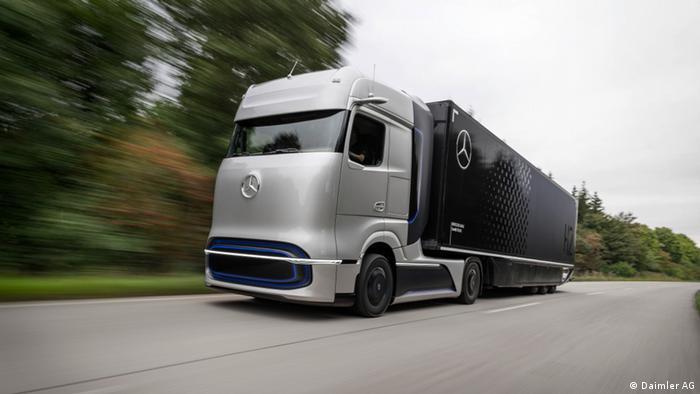 El fabricante alemán de automóviles Daimler presentó su nuevo camión Mercedes-Benz GenH2, que usa un sistema de celda de combustible alimentado con hidrógeno líquido. El moderno vehículo puede alcanzar distancias de hasta 1.000 km e incluso ofrece la promesa de reemplazar a los camiones diésel. Los clientes podrán probarlo por primera vez en 2023 y la producción en serie está pautada para 2025.