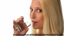 Symbolbild | Junge Frau trinkt Wasser