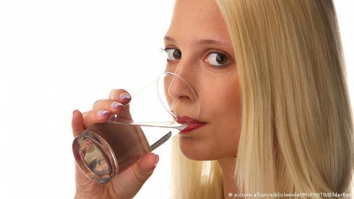 صورة تعبيرية لشابة تشرب ماء