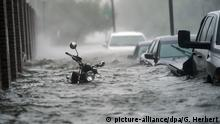 Motorbike, cars submerged by floods (picture-alliance/dpa/G. Herbert)
