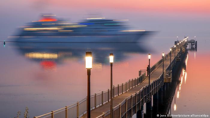 BdTD Deutschland Kreuzfahrtschiff Europa legt im Hafen von Wismar an (Jens Büttner/picture-alliance/dpa)