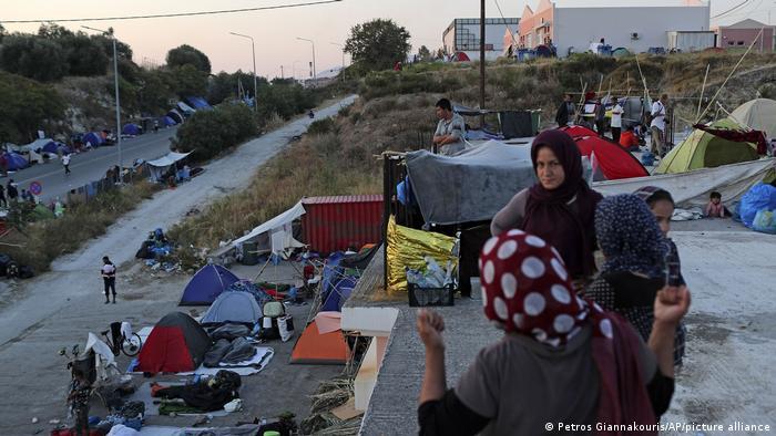 Griechenland Lesbos | Polizisten verlegen Flüchtlinge in neues Moria-Lager
