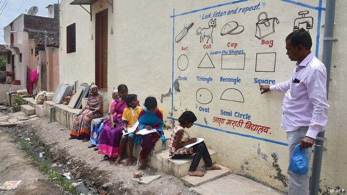 Coronavirus | Indien Solapur Schulunterricht im Freien (AFP)