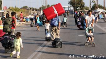 Les réfugiés du camp de Moria en Grèce évacués vers un site temporaire