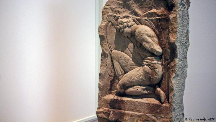 Stone relief showing a slave from Germanic tribes (Nadine Wojcik/DW)