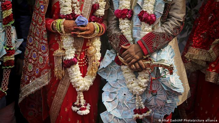 Indien Braut Hochzeit Tradition (Altaf Qadri/AP Photo/picture alliance)