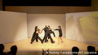 Сцена из перформанса с участием Марии Колесниковой
