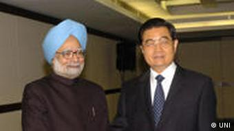 Indian Prime Minister Manmohan Singh (left) next to Chinese President Hu Jintao