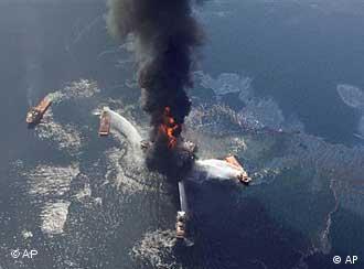 Luftaufnahme der brennenden Bohrinsel kurz vor dem Untergang (Foto: AP)