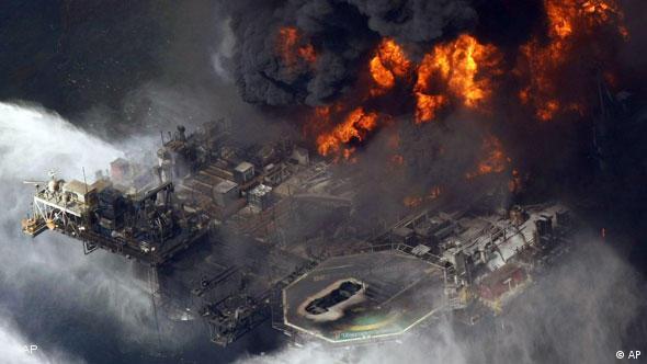 Die brennende Plattform (Foto: AP)
