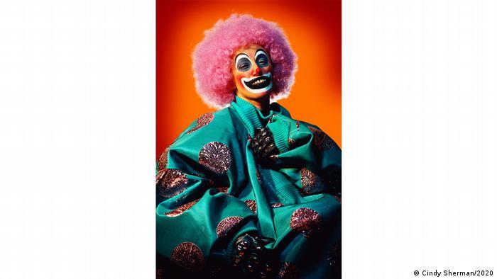 Cindy Sherman als Clown verkleidet vor computergeneriertem Hintergrund (Cindy Sherman/2020)
