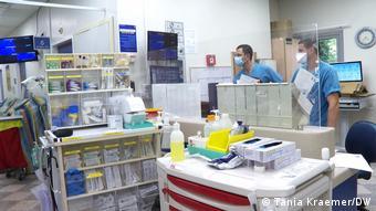 Врачи в отделении для коронавирусных больных в больнице