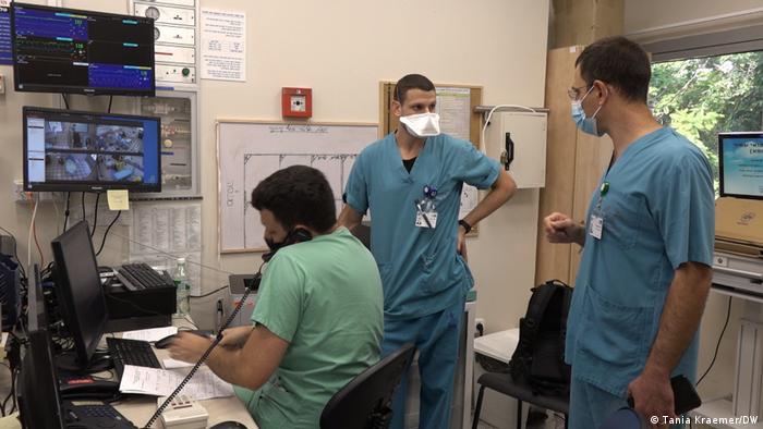 Israel Coronavirus Krankenhaus Notarzt Gal Pachys (Tania Kraemer/DW)