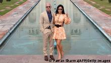 Pendiri Amazon Jeff Bezos (kanan) bersama pasangannya berfoto di depan Taj Mahal di India
