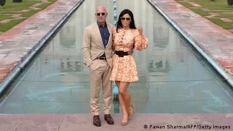 Osnivač Amazona Džef Bezos (ovde sa devojkom Lorin Sančez ispred Tadž Mahala) je van svake kategorije. Kompaniji Amazon za vreme pandemije ide bolje nego ikad. Cena akcije skače od rekorda do rekorda. Bezos, najbogatiji čovek na svetu i pre pandemije, sada je postao još mnogo bogatiji i ima 160 milijardi evra.