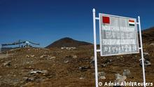 ARCHIV 2009 *** FILE PHOTO: A signboard is seen from the Indian side of the Indo-China border at Bumla, in the northeastern Indian state of Arunachal Pradesh, November 11, 2009. REUTERS/Adnan Abidi/File Photo