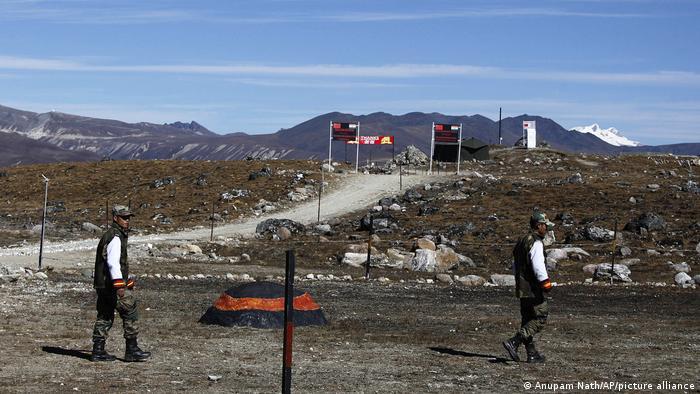 Pasukan perbatasan India berpatroli di sepanjang perbatasan Line of Control di Bumla, negara bagian Arunachal Pradesh.