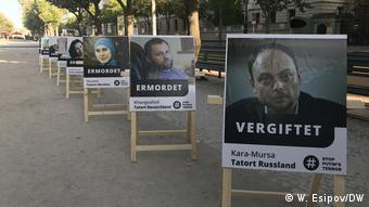 Портрет бывшего чеченского полевого командира Зелимхана Хангошвили на акции против политики президента России Владимира Путина перед посольством РФ, Берлин, 18 сентября