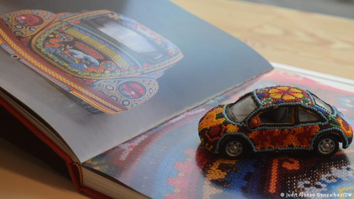 La artesanía huichol tradicional indígena mexicana, combinada con el Vocho es un nuevo objeto que representa ciertos tipos de mexicanidad, considera el antropólogo Simón Hirzel.