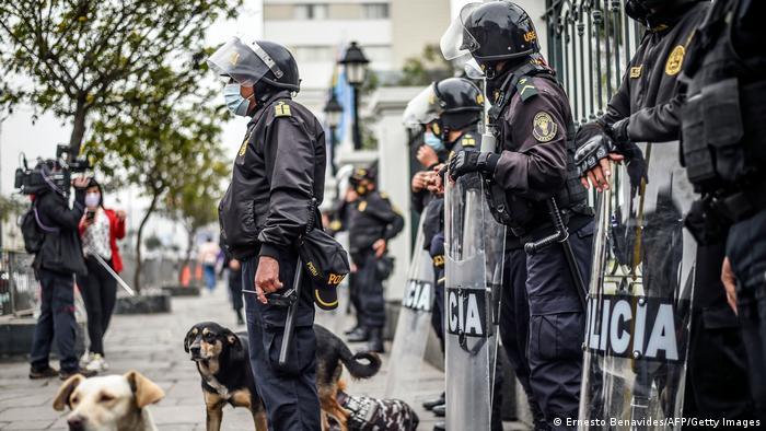 Polizisten mit Hunden und Schilden sichern das Parlamentsgebäude Perus Hauptstadt Lima