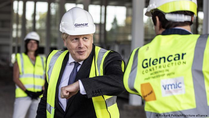 Boris Johnson besucht die Baustelle des neuen Impfstoffherstellungs- und Innovationszentrums (Richard Pohle/AP/picture-alliance)