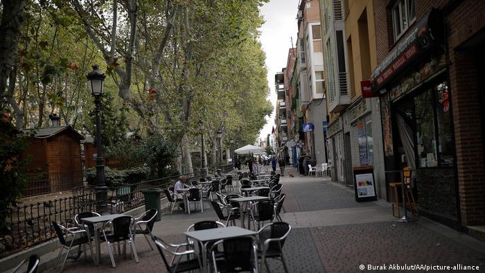 Spanien I COVID-19 I Leere Straße in Madrid (Burak Akbulut/AA/picture-alliance )
