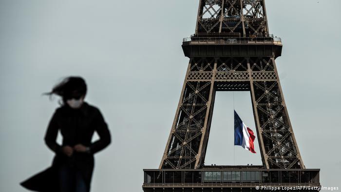 Парижани зобов'язані носити маски на вулицях