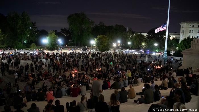 Ginsburg'un ölümünün ardından Washington'da yüzlerce kişi toplandı