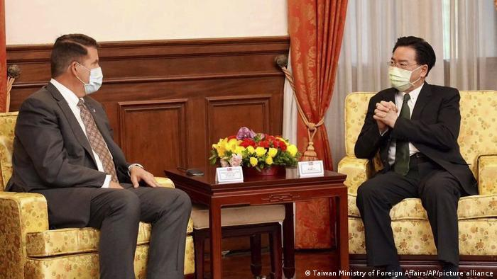 US-Diplomat Keith Krach in Taiwan   Außeninister Joseph Wu (Taiwan Ministry of Foreign Affairs/AP/picture alliance)
