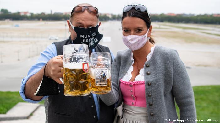 Bavyera kıyafetleri giymiş küçük bir grup Bavaria heykelinin önündeki merdivenlerde Arjantin bardaklarına doldurdukları biraları içerek küçük bir kutlama yaptı