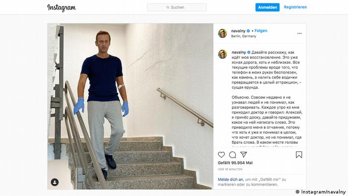 Навальный спускается по лестнице в клинике Шарите