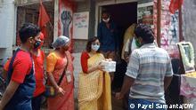 Indien Kalkutta | Linke Parteien verteilen Essen für arme Teile der Bevölkerung
