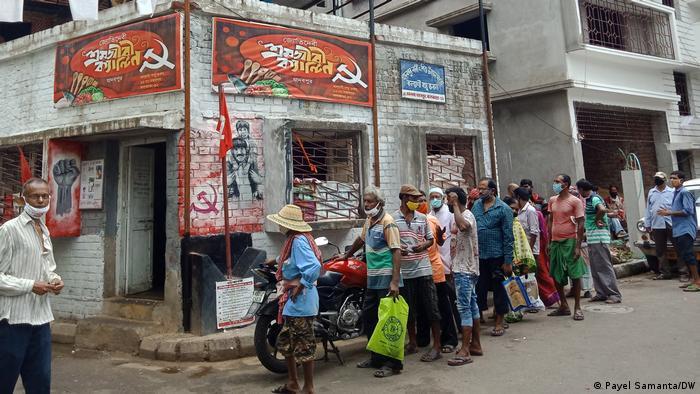 Indien Kalkutta | Linke Parteien verteilen Essen für arme Teile der Bevölkerung (Payel Samanta/DW)