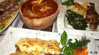 Mehrere Speisen aus der bosnischen Stadt Livno stehen hübsch arrangiert auf einem Tisch
